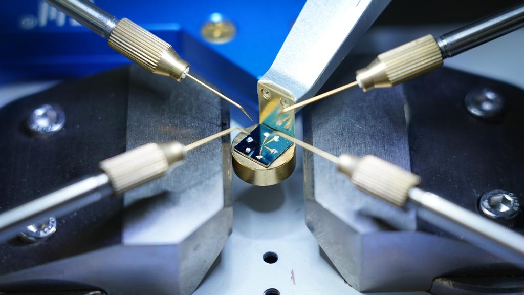 전자석 기반 물성측정장비를 활용한 물성측정 실험 모습