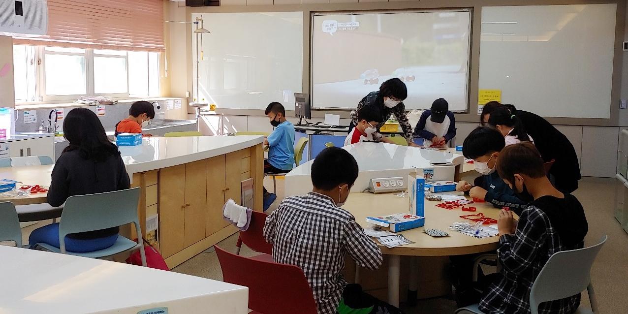 KBSI 엑스사이언스 찾아가는 과학교실에 참가한 대전봉산초 학생들의 과학체험     모습